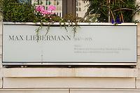 """05 SEP 2005, BERLIN/GERMANY:<br /> Gedenktafel """"Max Liebermann"""" am Max Liebermann Haus, Pariser PLatz<br /> IMAGE: 20050905-02-001<br /> KEYWORDS: Schild"""