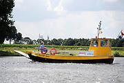 Nederland, Batenburg, 4-8-2012Varen op de rivier de Maas. Het pontje gaat van Batenburg naar Reek, Ravenstein.Foto: Flip Franssen/Hollandse Hoogte