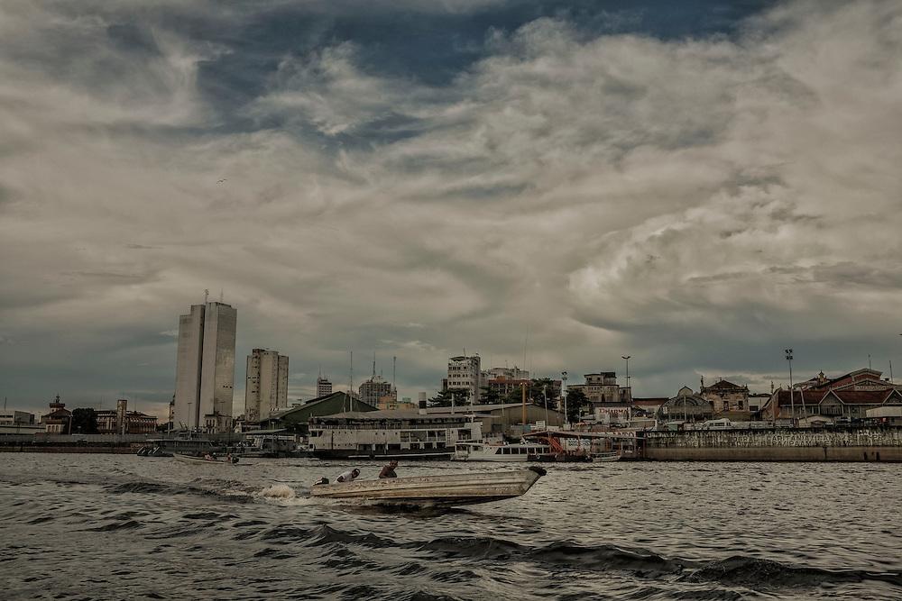 Brazil, Amazonas, rio Negro, Manaus. Port de Manaus. Les piroguiers chargent et dechargent les passagers en transit.