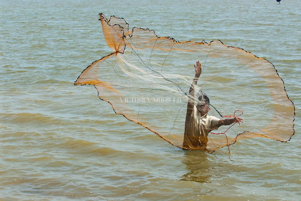 La pesca es la captura y extracción de los peces u otras especies acuáticas de su medio natural como crustáceos, moluscos y otros invertebrados, además de mamíferos en el caso de culturas orientales. Ancestralmente, la pesca ha consistido en una de las actividades económicas más tempranas de muchos pueblos del mundo.©Daniel Ho/Istmophoto.com