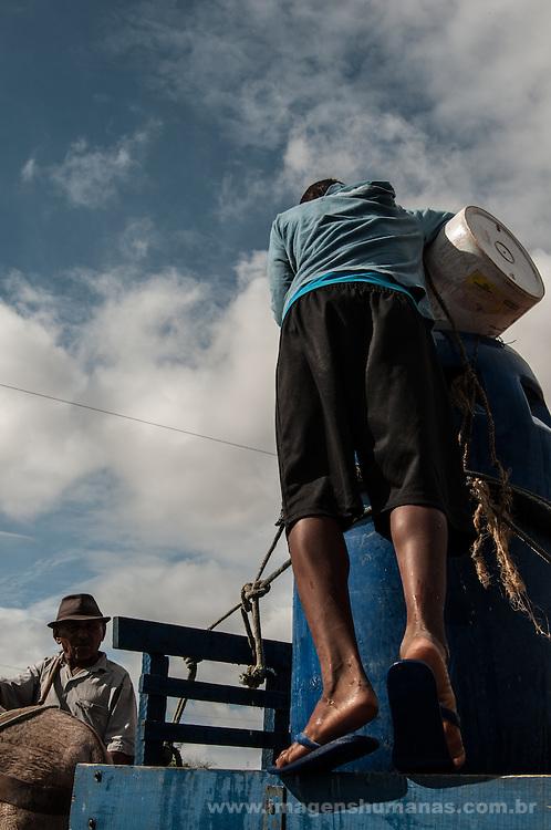 Menino pega água em poço comunitário, Barra de Santa Rosa, Paraíba, Brasil.