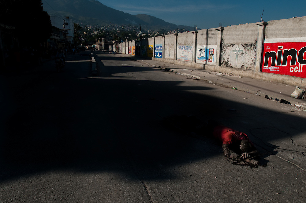 1/15/10 12:28:44 PM -- Port-Au-Prince, Haiti. -- Daily coverage of the aftermath of the 7.0 earthquake in Haiti -- A victim of Tuesday's 7.0 magnitude earthquake lies in the street in the capital city of Port au Prince, Haiti, Friday Jan. 15, 2010. (Photo by William B. Plowman ©)