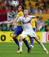 v.l. Kaka, Zinedine Zidane Frankreich<br /> Fussball WM 2006 Viertelfinale Brasilien - Frankreich<br />  Brasil - Frankrike <br /> Norway only