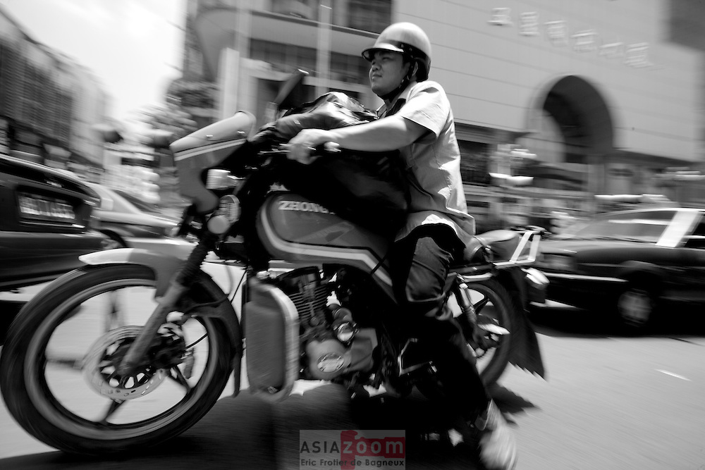 Moto dans la circulation,  a Lizhou dans la province du Guangxi en chine