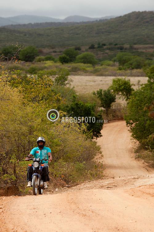 Estradas do sertao pernambucano, entre Serra Talhada e Luanda / Dirt road in the Sertao of Pernambuco, Brazil, between Serra Talhada and Luanda