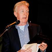 NLD/Laren/20100419 - Overhandiging boek John Kraaijkamp, Andre van Duin