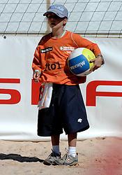 26-07-2007 VOLLEYBAL: WK BEACHVOLLEYBAL: GSTAAD<br /> Beachvolleybal item ballenjongen creative illustratief<br /> ©2007-WWW.FOTOHOOGENDOORN.NL