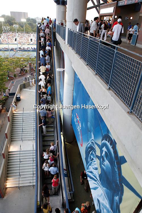 US Open 2010, USTA Billie Jean National Tennis Center, New York,.ITF Grand Slam Tennis Tournament, Tennis Fans,Zuschauer fahren mit der Rolltreppe auf die obersten Raenge vom Arthur Ashe Stadium,Feature,
