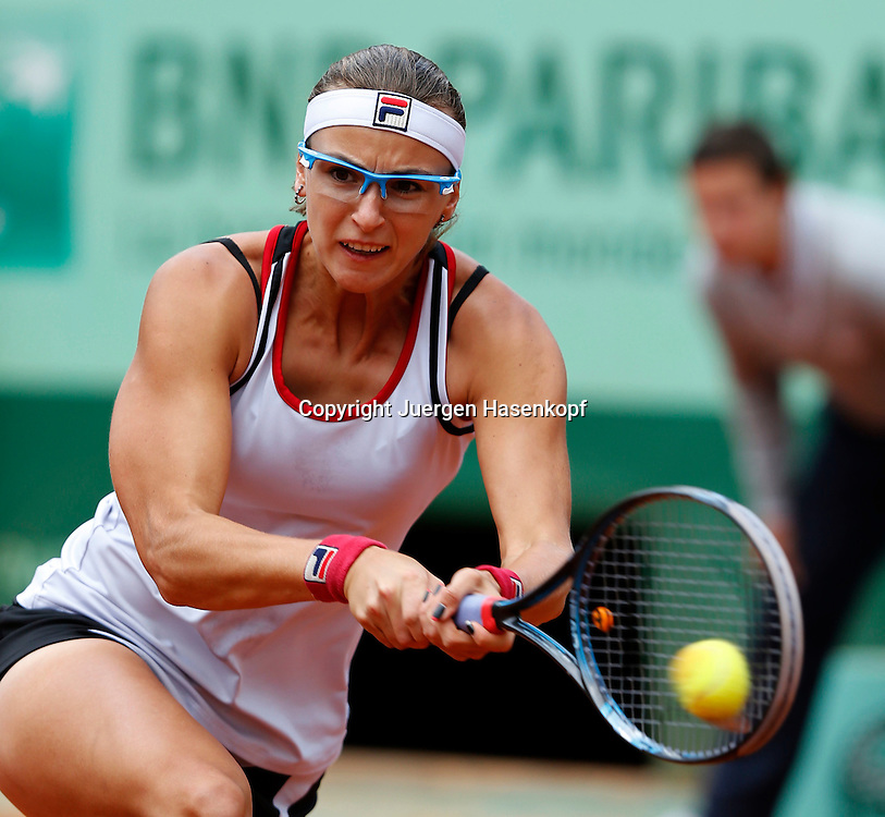 French Open 2011, Roland Garros,Paris,ITF Grand Slam Tennis Tournament Yaroslava Shvedova (KAZ),Aktion,Einzelbild,Halbkoerper,Querformat,