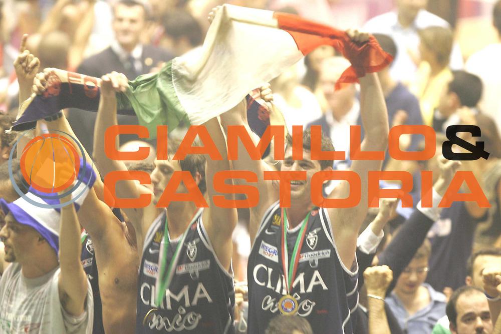 DESCRIZIONE : MILANO CAMPIONATO LEGA A1 2004-2005 <br /> GIOCATORE : BELINELLI-COTANI <br /> SQUADRA : CLIMAMIO FORTITUDO BOLOGNA <br /> EVENTO : CAMPIONATO LEGA A1 2004-2005 PLAY OFF FINALE GARA 4 <br /> GARA : ARMANI JEANS MILANO-CLIMAMIO FORTITUDO BOLOGNA <br /> DATA : 16/06/2005 <br /> CATEGORIA : Esultanza <br /> SPORT : Pallacanestro <br /> AUTORE : Agenzia Ciamillo-Castoria/M.Marchi