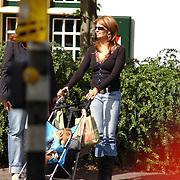 Laura Ruiters, Leontien Borsato en dochter Jada Maria op terras Laren