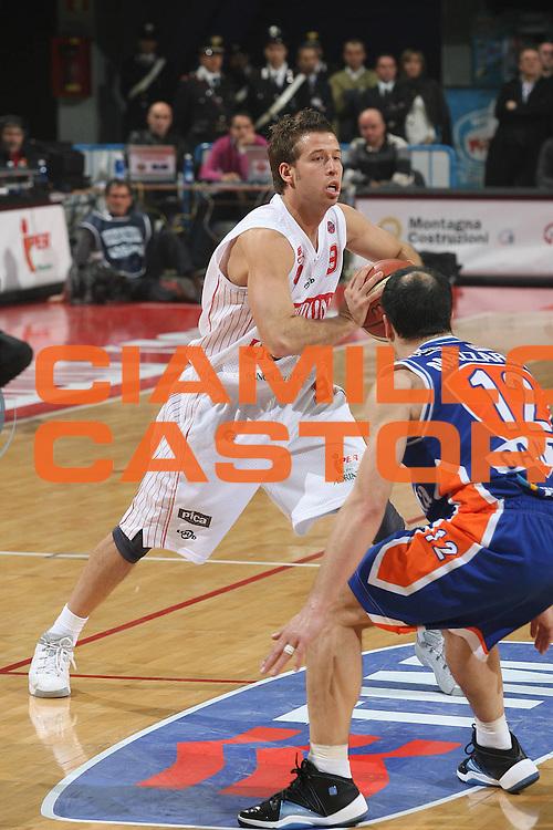 DESCRIZIONE : Pesaro Lega A1 2007-08 Scavolini Spar Pesaro Tisettanta Cantu<br /> GIOCATORE : Robert Fultz<br /> SQUADRA : Scavolini Spar Pesaro<br /> EVENTO : Campionato Lega A1 2007-2008 <br /> GARA : Scavolini Spar Pesaro Tisettanta Cantu<br /> DATA : 04/11/2007 <br /> CATEGORIA : Passaggio<br /> SPORT : Pallacanestro <br /> AUTORE : Agenzia Ciamillo-Castoria/M.Marchi