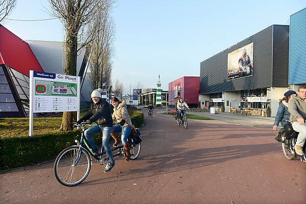 Nederland, Enschede, 13-12-2013Vermaakscentrum Go Planet maakt een zieltogende indruk. Een groep mensen op tandems.Entertainmentboulevard Go Planet te Enschede. De funstreet van Twente.Foto: Flip Franssen/Hollandse Hoogte