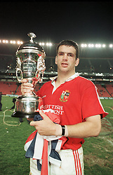 """LIONS CAPTAIN MARTIN JOHNSON PROUDLY LIFTS """"THE LION CHALLENGE CUP"""" AFETR THE LIONS WIN THE SERIES 2-1.SOUTH AFRICA V LIONS, 3RD TEST, ELLIS PARK STADIUM, JOHANNESBURG, SOUTH AFRICA, 15TH AUGUST 1997"""