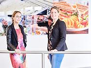 Levitah Numeijer en Kim Houmes (Kim in spijkerbroek) van Lamb Weston Meijer