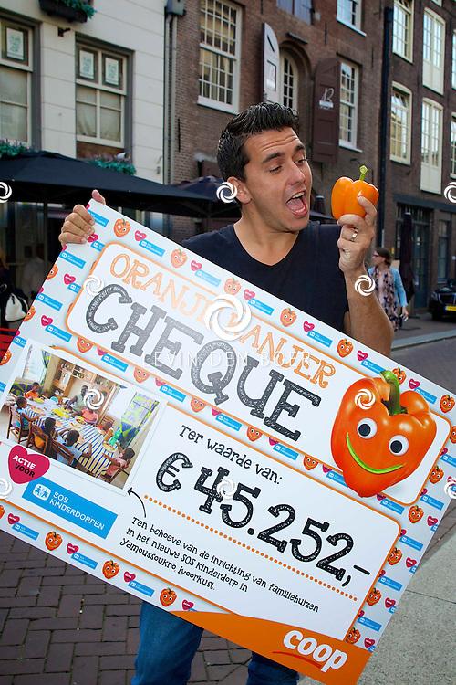 DEN BOSCH - In het Borrelcafé Jij & Ik neemt Jan Smit een cheque van € 45.252,- euro in ontvangst voor SOS Kinderdorpen. FOTO LEVIN DEN BOER - PERSFOTO.NU