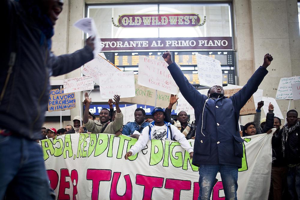 Manifestazione durante l'inaugurazione della Biennale Democrazia. Il corteo nella stazione di Porta Nuova. Torino, 10-04-'13.