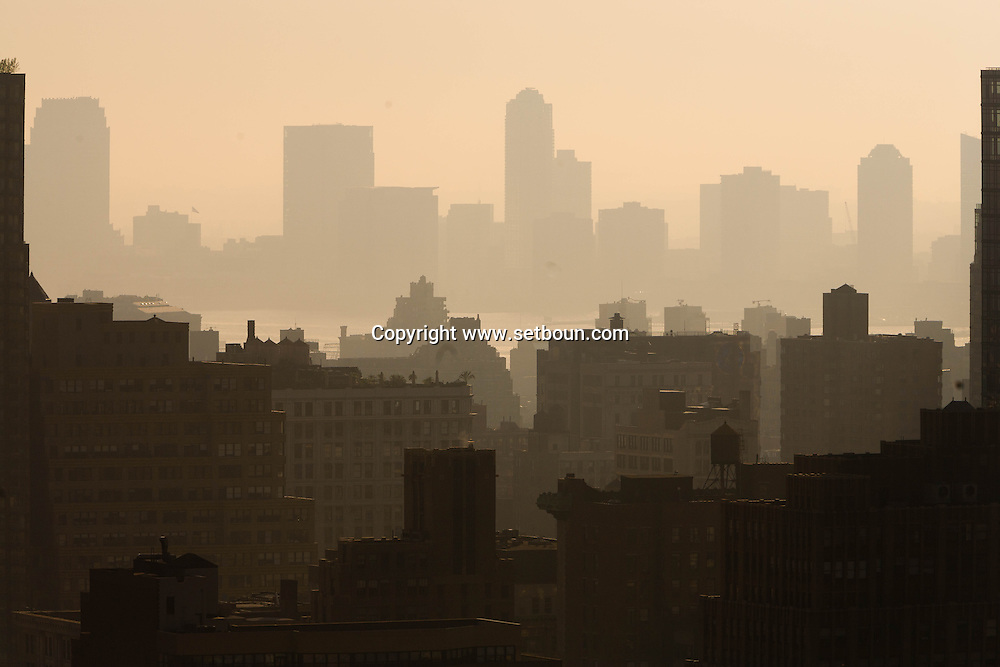 New York. Elevated view. midtown skyline in the distance, New Jersey / midtown le skyline  et le new Jersey dans le lointain  Manhattan, New York -