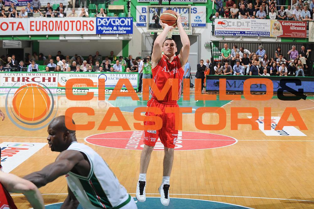 DESCRIZIONE : Siena Lega A 2009-10 Playoff Finale Gara 1 Montepaschi Siena Armani Jeans Milano<br /> GIOCATORE : Jonas Maciulis<br /> SQUADRA : Armani Jeans Milano<br /> EVENTO : Campionato Lega A 2009-2010 <br /> GARA : Montepaschi Siena Armani Jeans Milano<br /> DATA : 13/06/2010<br /> CATEGORIA : Tiro<br /> SPORT : Pallacanestro <br /> AUTORE : Agenzia Ciamillo-Castoria/GiulioCiamillo<br /> Galleria : Lega Basket A 2009-2010 <br /> Fotonotizia : Siena Lega A 2009-10 Playoff Finale Gara 1 Montepaschi Siena Armani Jeans Milano<br /> Predefinita :