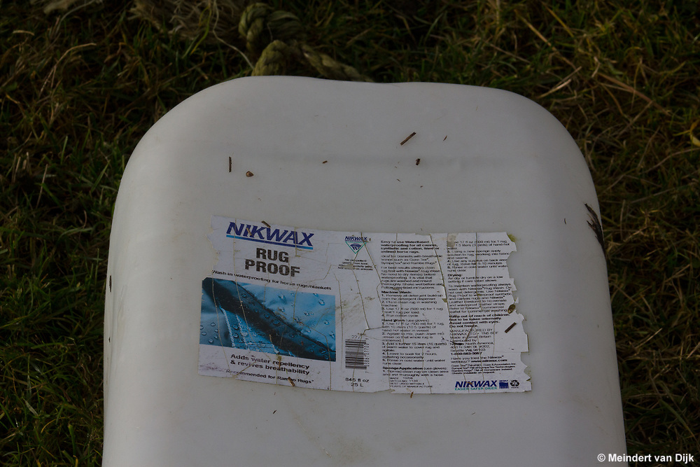 Aangespoeld plastic afval in kwelder.