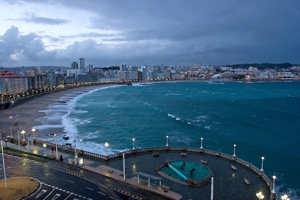 El Orzan and Riazor beaches in the background at dawn in La Coru&ntilde;a.<br /> <br /> Playas de Riazor (al fondo) y el Orz&aacute;n (en primer t&eacute;rmino) al amanecer en La Coru&ntilde;a.