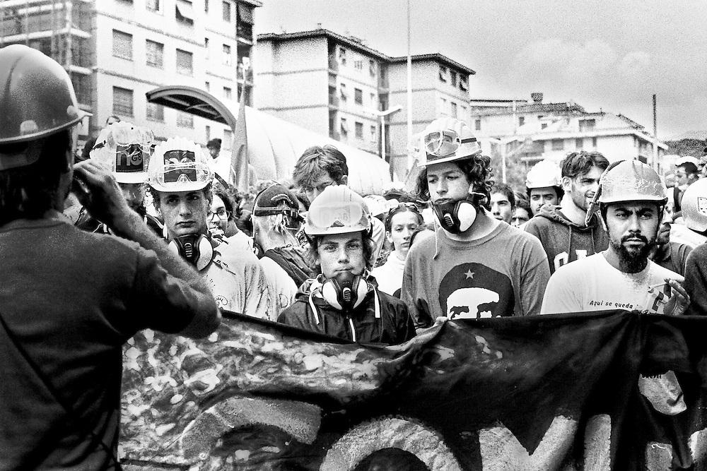 Genova, venerdì 20 luglio 2001. Giornata delle piazze tematiche. Corteo della disobbedienza civile. Giovani manifestanti dietro a uno stiscione.