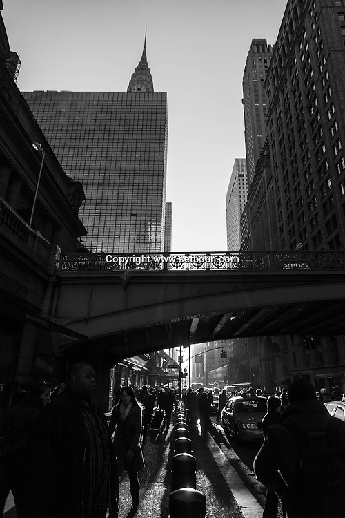 New York 42nd street at Grand central railway station, under pershing hall bridge/ 42em  rue devant la gare de grand central sous le pont de pershing hall