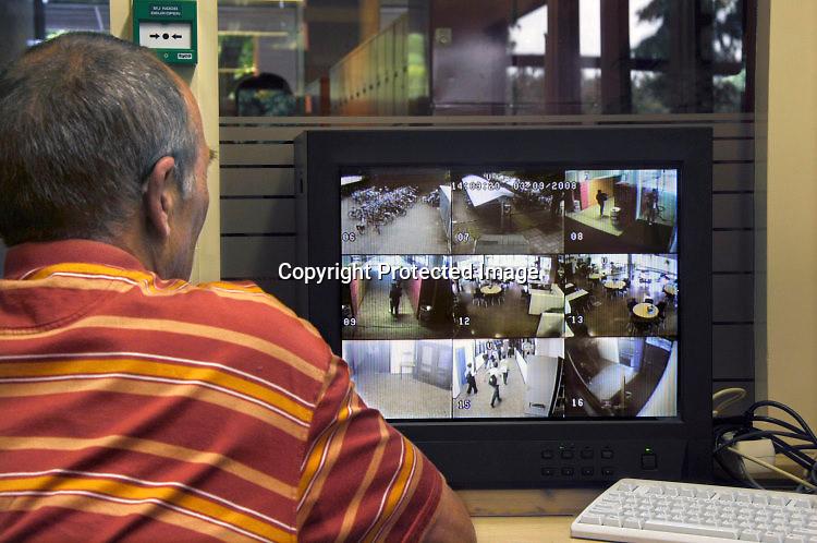 Nederland, Nijmegen, 5-9-2008Concierge kijkt naar monitor met beelden van beveiligingscamera's op een vmbo-school.Foto: Flip Franssen/Hollandse Hoogte