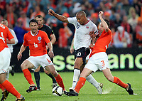 Fotball , 10. juni 2009 , EM-kvalifisering , Nederland - Norge 2-0<br /> John Carew Norge mot Andre Ooijer og Mark van Bommel , Nederland