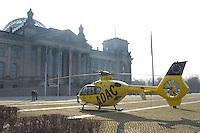 30 MAR 2004, BERLIN/GERMANY:<br /> ADAC Rettungshubschrauber Christoph 31 vor dem Reichstagsgebaeude, Deutscher Bundestag<br /> IMAGE: 20040330-02-026<br /> KEYWORDS: Hubschrauber