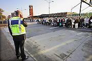 Nederland, Nijmegen, 28-5-2010Wegens het uitvallen van treinen tussen Nijmegen en Den Bosch moesten de passagiers met bussen verder vervoerd worden.Gestrande treinreizigers wachten op de bus.Foto: Flip Franssen/Hollandse Hoogte