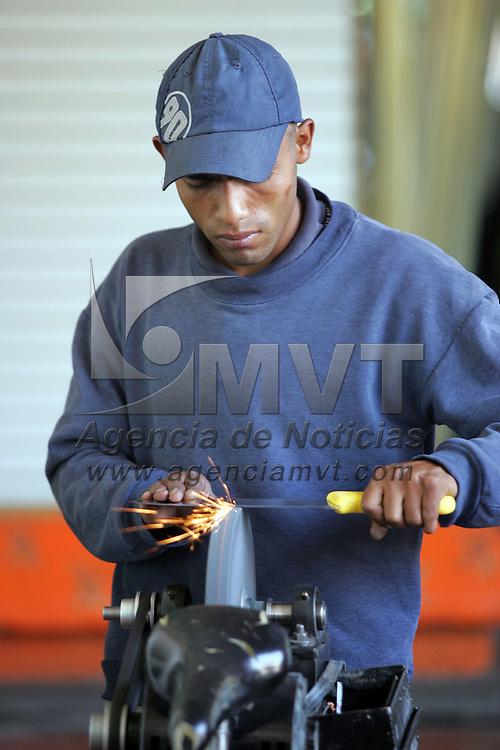 Toluca, Mex.- Un joven afilador hace su chamba en uno de los locales de comida en los Portales de esta ciudad. Agencia MVT / Javier Rodriguez. (DIGITAL)<br /> <br /> <br /> <br /> NO ARCHIVAR - NO ARCHIVE