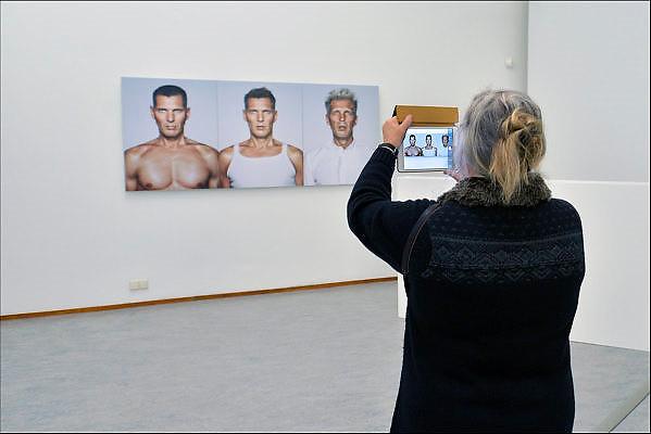 Nederland, The netherlands, Arnhem, 7-10-2015Expositie van zelfportretten van nederlandse schilders in de 20e eeuw. Werk van Erwin Olaf wordt door een bezoeker gefotografeerd. fotografieFOTO: FLIP FRANSSEN/ HH