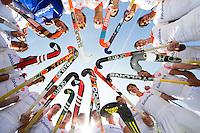 WASSENAAR - Hockey - Teamfoto Oranje voor de wedstrijd. Veel verschilden stickmerken;   Het Nederlands hockeyteam mannen speelde maandag een oefenwedstrijd  tegen Engeland (3--2) , ter voorbereiding aan het WK hockey dat op 31 mei in Den Haag van start gaat. COPYRIGHT KOEN SUYK
