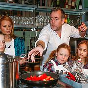 NLD/Amsterdam/20130410 - Koken met seizoensgroenten, Leontien Borsato en kok Ron Blauw