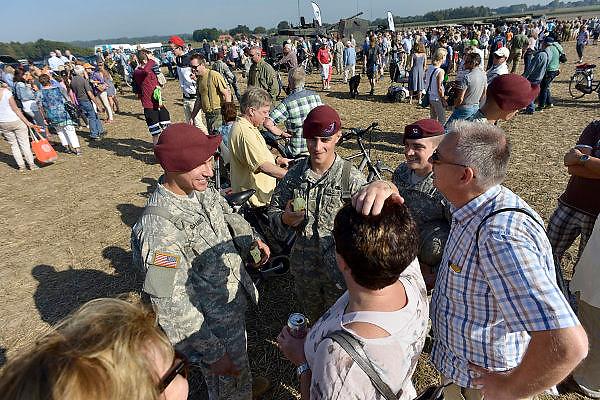 Nederland, Groesbeek, 18-9-2014herdenking Market Garden, dropping 82nd Airborne DivisionBezoekers van de paradropping kunnen historisch legervoertuigen bekijken tijdens de viering en herdenking van 70 jaar Market Garden, slag om Arnhem. Ook kunnen ze kennismaken met amerikaanse soldaten van de 82e luchtlandingsdivisieFOTO: FLIP FRANSSEN/ HOLLANDSE HOOGTE