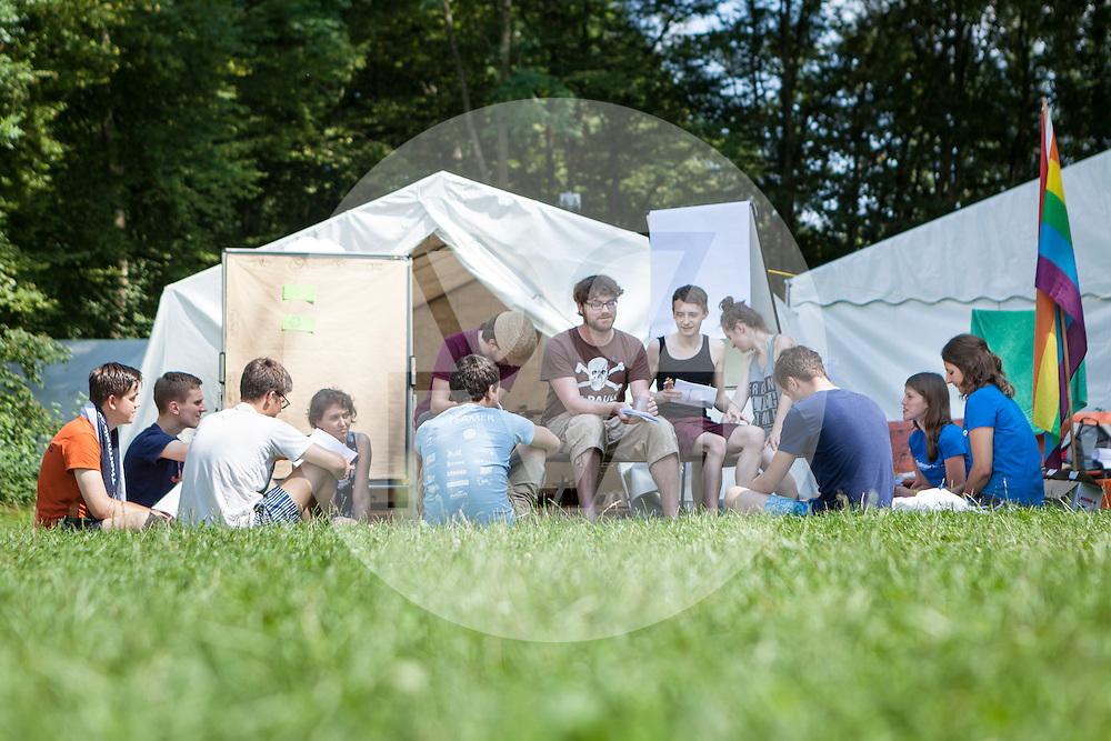 DEUTSCHLAND - MARKELFINGEN - Workshopleiter besprechen sich am internationalen BodenseeCamp - 25. Juli 2014 © Raphael Hünerfauth - http://huenerfauth.ch