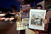 Coral Gables, FL, USA,September 30th 2004: Tilhengere av Kerry og tilhengere av Bush har bare en sjanse til å vist sin sympati; agering langs veien til lokalet hvor debatten skal holdes. Hele debattområdet er sperret av i en halv kilometers avstand alle veier.<br /> <br />   *** Local Caption ***