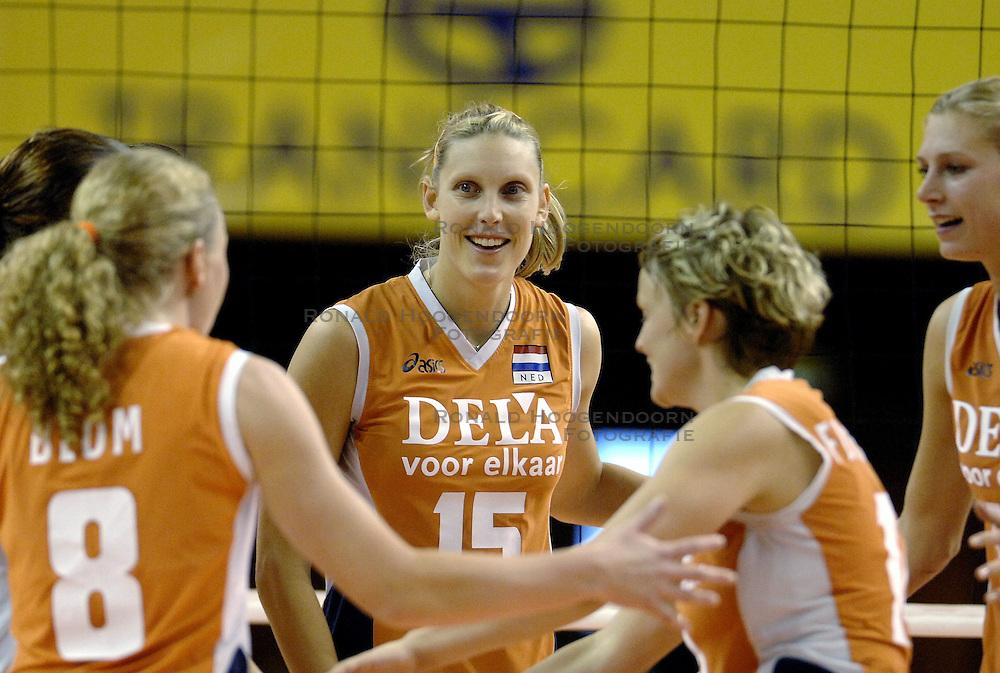 26-09-2006 volleybal kwalificatie grand prix 2007 varna bulgarije, nederland - polen / De Nederlandse volleybalsters hebben hun eerste wedstrijd van het kwalificatietoernooi voor de Grand Prix gewonnen. Nederland vocht zich tegen Polen knap terug van een 2-0-achterstand in sets en versloegen de Poolse vrouwen met 3-2 (28-30 22-25 25-22 28-26 15-10) / Alice Blom, Ingrid Visser, Riette Fledderus en Caroline Wensink