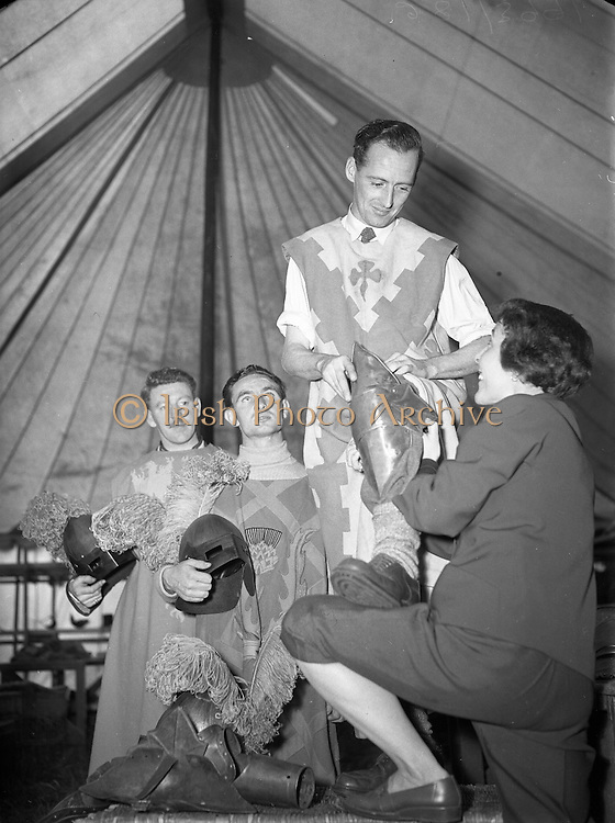 Film - Commercial Travellers and Horse Dealers will re-fight King Arthur's Battle at Luttrellstown Castle, Co. Dublin..18/08/1953