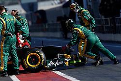 Motorsports / Formula 1: World Championship 2011, Testing in Barcelona, test, Team Lotus, mechaniker, mechanic, Pirelli
