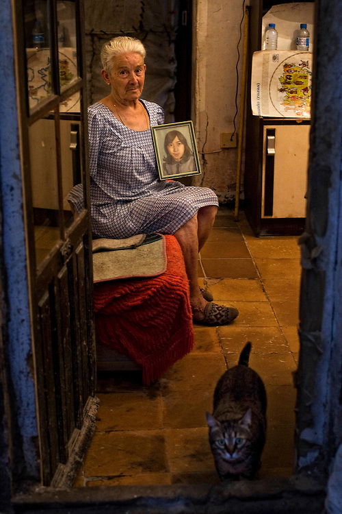 070802 Barcelona, EspañaAnfustias Fernandez, en su casa del barrio del Carmelo, muestra la fotografia de su hija desaparecida en 1987 Angustias Roldan Fernandez.© Carmen Secanella