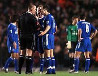 Fotball<br /> Premier League 2004/05<br /> Arsenal v Chelsea<br /> Highbury<br /> 12. desember 2004<br /> Foto: Digitalsport<br /> NORWAY ONLY<br /> Referee Graham Poll tells Arjen Robben to be quiet after his complaints after Arsenal's second goal led to a booking for the Dutchman