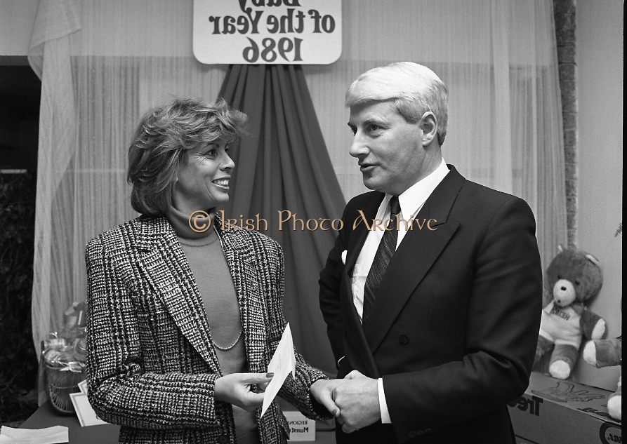 Heinz / Woman's Way, Baby of the Year..1986..21.11.1986..11.21.1986..21st November 1986..The 19th Annual 'Baby of the Year' awards ceremony took place at the Zoological Gardens,Dublin..Baby, Alan Smith from Co Meath was the overall winner.Amy Dempsey from Dublin and Brendan Gallagher from Waterford were placed 2nd and 3rd...At the awards ceremony Mrs Norma Smurfit was presented with a cheque of £750 for the Arthritis Foundation of Ireland whom she represents.