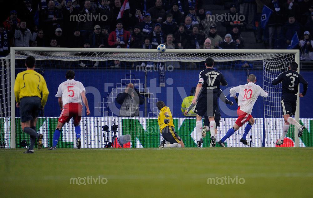 Fussball  1. Bundesliga  Saison 2008/2009   30.01.2009   Hamburger SV - Bayern Muenchen Mladen PETRIC (re, Hamburger SV) erzielt das Tor zum 1-0. Michael RENSING (Mitte, Muenchen) ohne Chance.