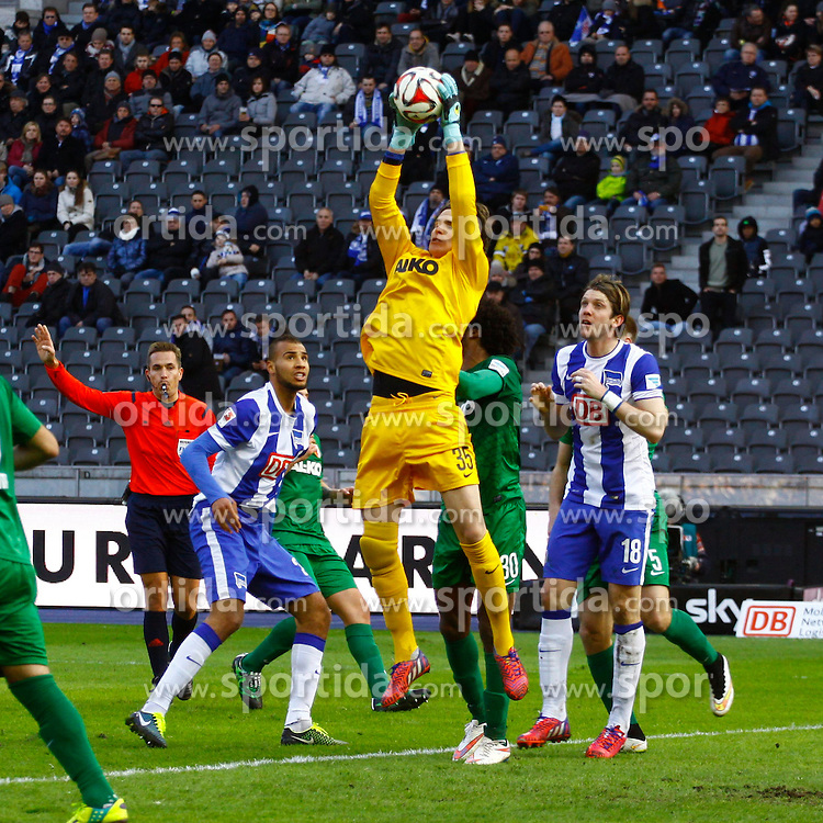 28.02.2015, Olympiastadion, Berlin, GER, 1. FBL, Hertha BSC vs FC Augsburg, 23. Runde, im Bild TW Marwin Hitz (#35, FC Augsburg) kann die Flanke sicher fangen // SPO during the German Bundesliga 23rd round match between Hertha BSC and Hertha BSC vs FC Augsburg at the Olympiastadion in Berlin, Germany on 2015/02/28. EXPA Pictures &copy; 2015, PhotoCredit: EXPA/ Eibner-Pressefoto/ Hundt<br /> <br /> *****ATTENTION - OUT of GER*****