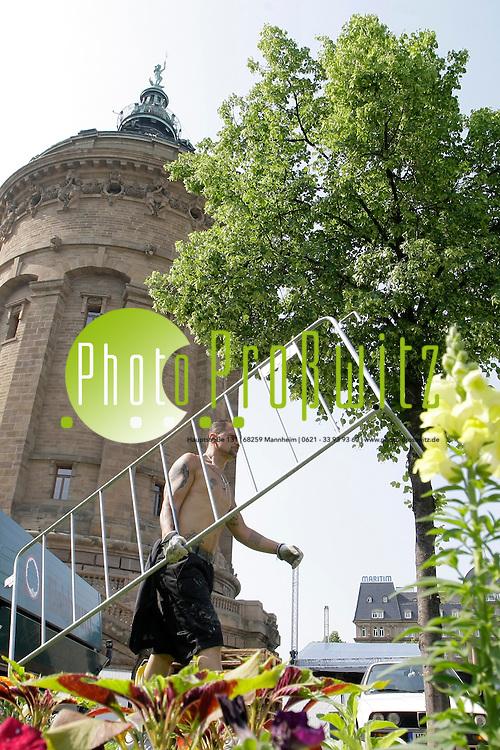 Mannheim. 24.05.2012. Wasserturm. Aufbauarbeiten zum Stadtfest 2012<br /> Bild: Markus Proflwitz 24MAY12 / masterpress /