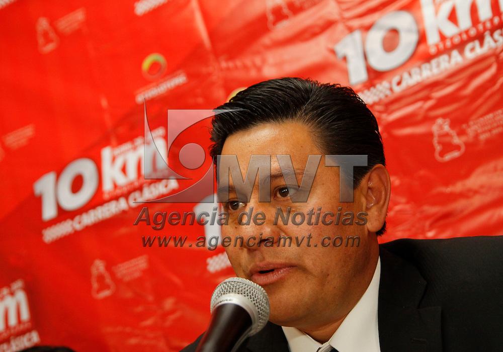 Toluca, México.- Domingo Ovando Rubí, Secretario del Ayuntamiento de Otzolotepec, anuncio que como parte de la celebración del 193 aniversario de este municipio se llevara a cabo la edición 13 de la Carrera Atlética Clásica 10 Kilómetros el próximo 28 de abril.  Agencia MVT / Crisanta Espinosa