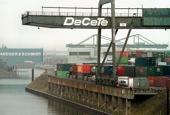 Duitsland, Duisburg, 29-10-2002..Containeroverslag in de binnenhaven van Ruhrort bij Duisburg .  Containerhaven, mtc, transport, vracht, vervoer, logistiek, economie...Foto: Flip Franssen/Hollandse Hoogte
