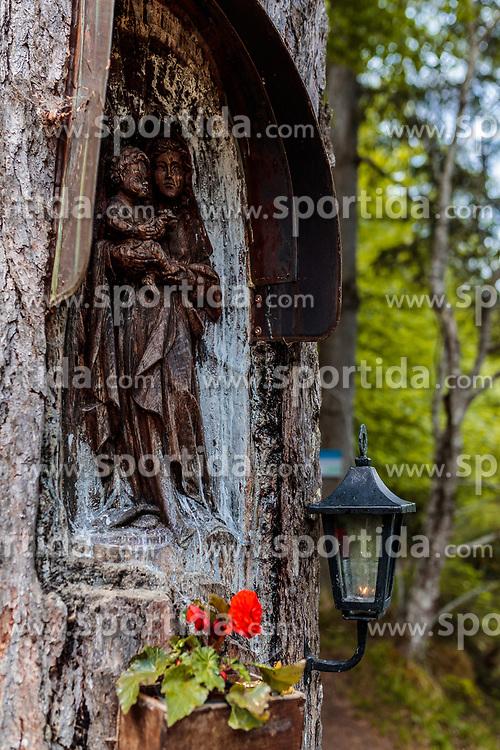 THEMENBILD - eine in einem Baum geschnitzte Heiligenfigur der Madonna mit Jesus Kind, Blumen und Laterne am Alten See, aufgenommen am 20. Mai 2017, Tristachersee in Tristach, Österreich // a carved in a tree holy figure of the Madonna and Jesus Child, flowers and lantern at the old lake near the Tristachersee on 2017/05/20, Tristach, Austria. EXPA Pictures © 2017, PhotoCredit: EXPA/ JFK